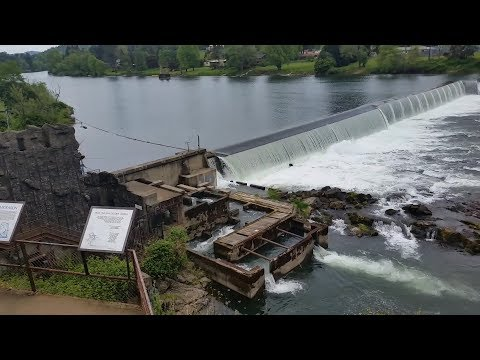 Visiting The Umpqua Fish Ladder On The Winchester Dam In Oregon