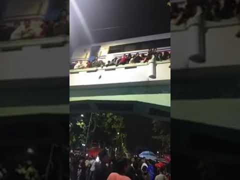 Detik detik menegangkan penonton drama kolosal di tugu pahlawan jatuh dari viaduk jalan Mp3
