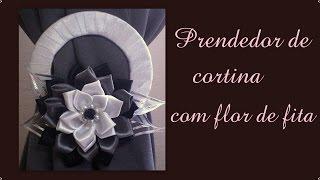 Prendedor de cortina com flor de fita de cetim