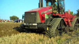 trattore case in aratura