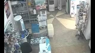 Кременчуг Полтавской области. Кража ноута посреди бела дня.(Видео с камеры наблюдения магазина. 21 июля 2013 в магазине был украден ноутбук. Магазинный вор заходит в 14:42:33..., 2013-08-02T00:46:27.000Z)