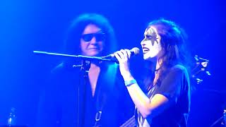 Gene Simmons Band - I was made for loving you - Fan is singing - Oberhausen - Turbinenhalle 2018