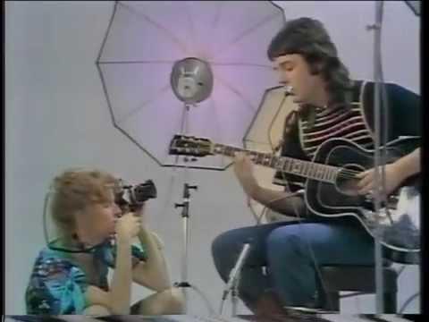 Paul & Linda McCartney - Medley: Blackbird / Bluebird / Michelle / Heart Of The Country
