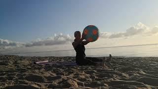 Am Strand, im Sand mit Wasserball!