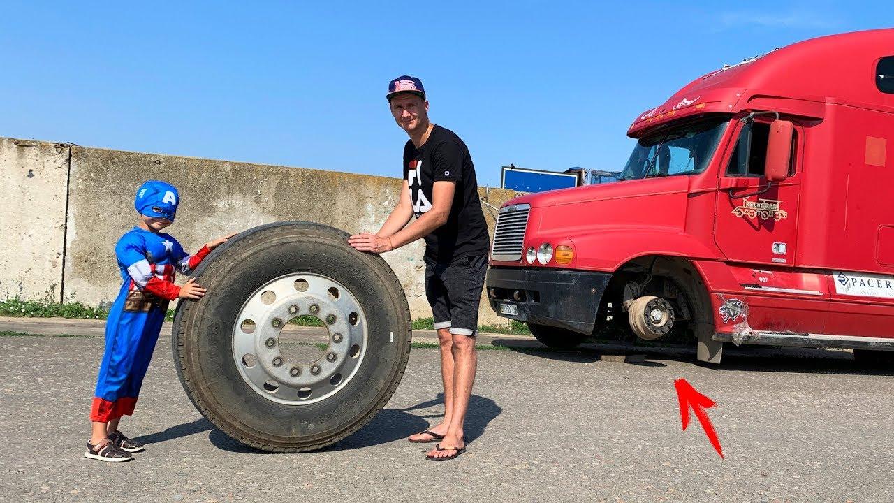 La rueda se cayó en un gran camión - el Capitán América ayudando al hombre