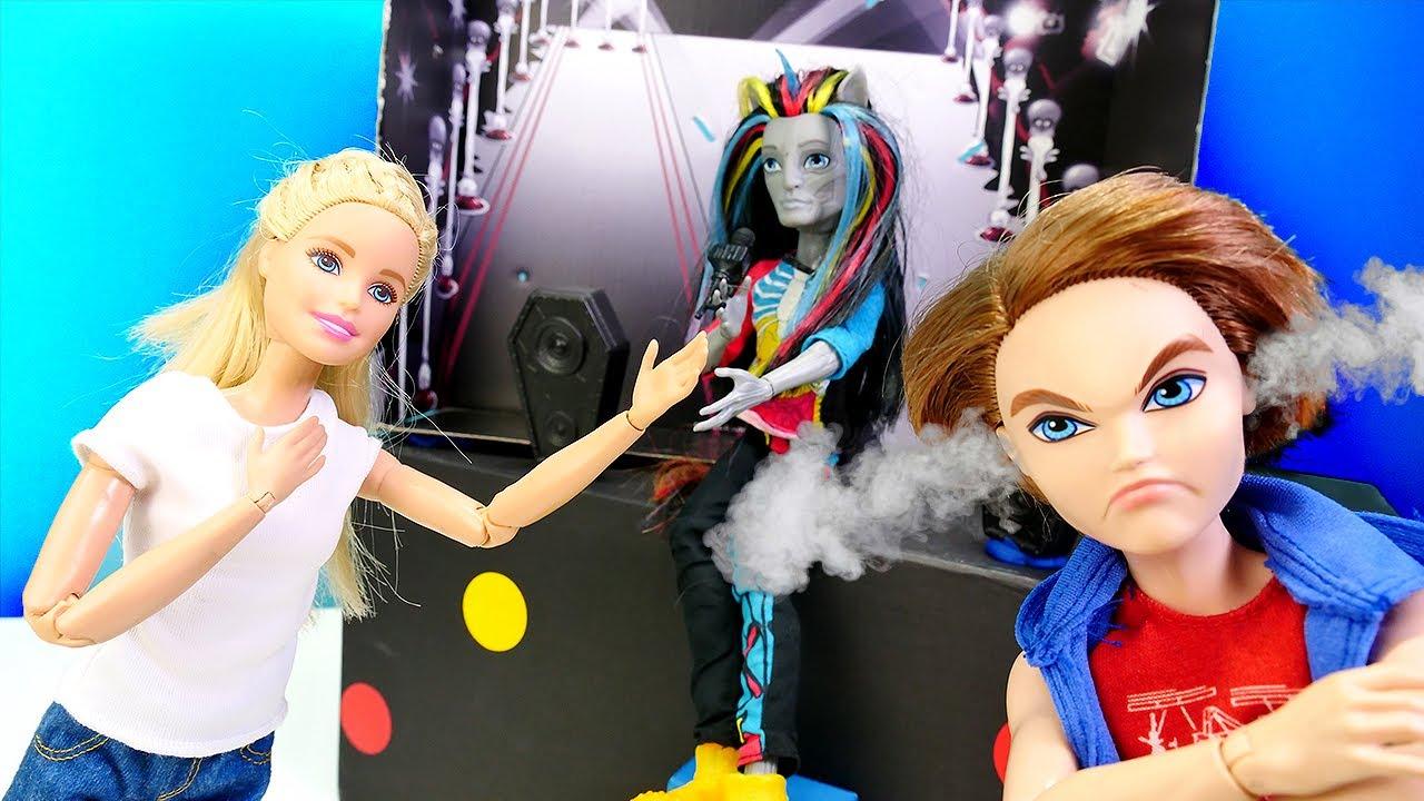 ¡Barbie en un concierto de Rock! Juguetes para niñas. Vídeos de Barbie en español