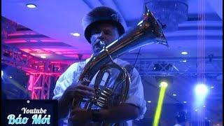 Vui nhộn với ông Tây thổi kèn saxophone ở đêm hội beer - Tin Tức Mới