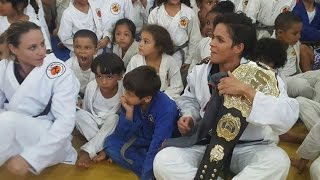 Amanda Nunes treina com crianças no Instituto Reação