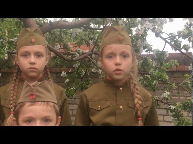 Изображение предпросмотра прочтения – «Соболевы Андрей, Татьяна и Лариса» читает произведение «Слава» К.М.Симонова