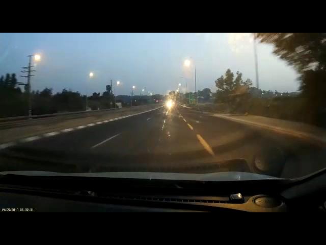רכב נוסע במהירות נגד כיוון התנועה בבית עובד. צילום: דניאל
