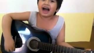 Anak kecil main gitar.