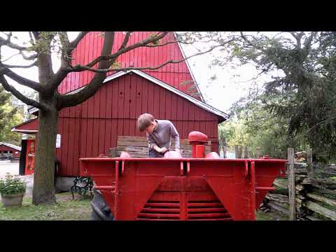 Трактор на ферме на островах Торонто.
