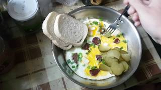 Яичница по особому рецепту С колбасой сыром и чесноком