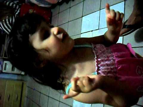 Esther Camille cantando Barbie Girls.AVI