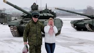 Soldier proposes to girlfriend inside special tank maneuver