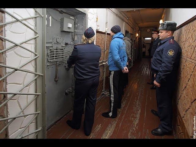 Дивитись видеокак начальник тюрми наказал подсудимую безкоштовно