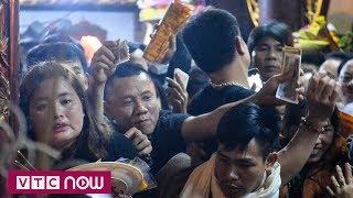 Hàng nghìn người chen chân đặt lễ đền Trần | VTC1