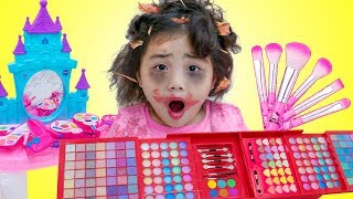 Annie Dress Up in Beautiful Dresses and Fun Makeup Toys for Kids