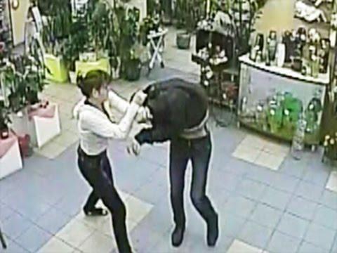 Девушка задерживает вооруженного грабителя.  ( 2 видео )