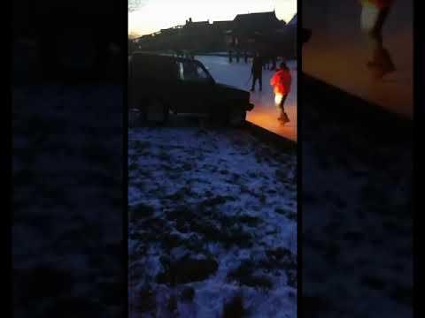 Auto zakt door ijs in Gerkesklooster
