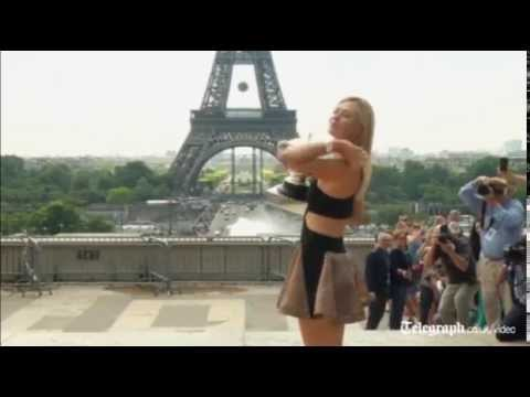 Sharapova shows off her French Open trophy