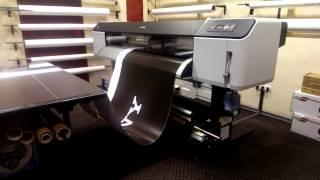 Как производится широкоформатная печать на самоклейке ORAKAL(Видео о том как производится широкоформатная печать на самоклейке ORAKAL баннера для бренда SONY. Заказывайте..., 2014-10-21T07:09:00.000Z)