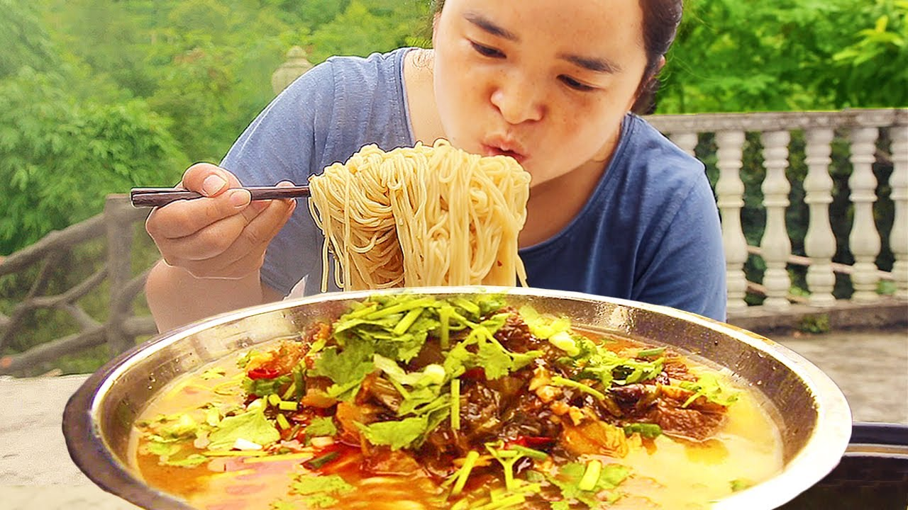 苗大姐和摄影师吃饭大PK,直接用菜盆装来吃,呼哧呼哧吃个不停,看着流口水【苗阿朵美食】