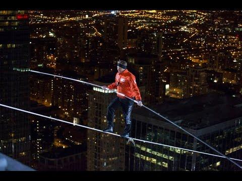 Wallenda camina a ciegas sobre el cielo de Chicago