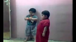 اطفال عراقيين يتعاركون