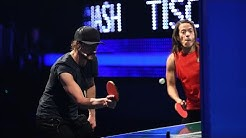Thomas und Jorge müssen den Ball gegen die senkrechte Platte hinters Netz ins Feld des Gegners spie