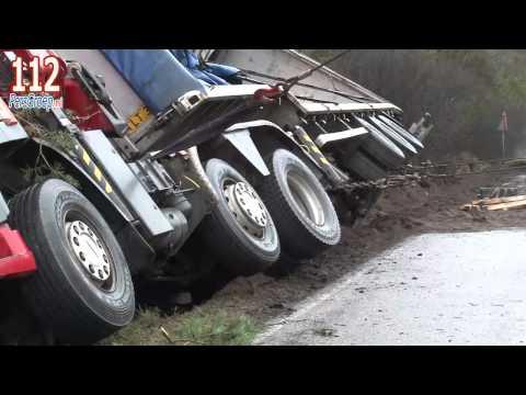 Vrachtwagen met hout gekanteld in Otterlo