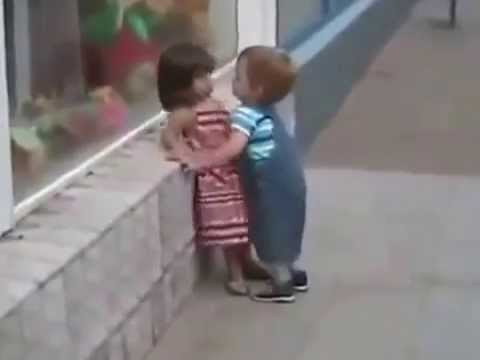 мальчик пристает к девочке