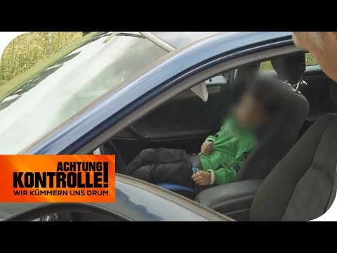 Kind ohne Kindersitz und falsch angeschnallt: Verantwortungslos? | Achtung Kontrolle | kabel eins
