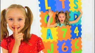 Polina ha hecho una puerta de bloques multicolores. Los niños están jugando con los juguetes.