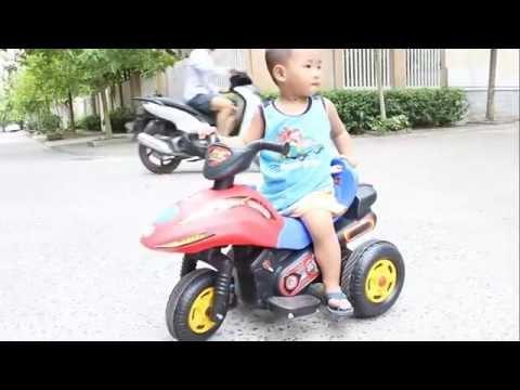 Bé lái xe máy điện trẻ em - mô tô sành điệu