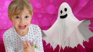 Alena y Pasha juegan con un fantasma divertido