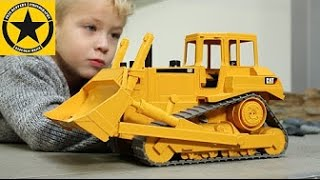 BRUDER TOYS 2422 - CAT Bulldozer 1:16 heavy Equipment Vehicles played by Jack(3)