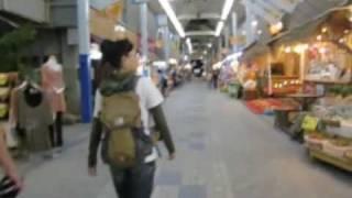 石垣島の小規模な中心街を歩くと、アーケードに行き当たります。地元の...