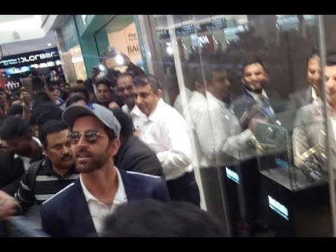 Fans Goes Crazy When They Saw Hrithik Roshan In Mantri Mall Bangalore