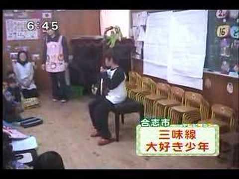 Naoki Atkins playing Shamisen