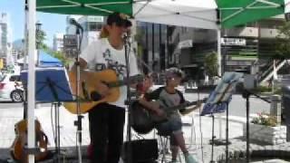 娘とのライブに浜ってます。2011.09.24伊勢町せせらぎ土曜市にて。