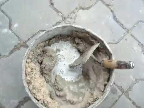Замер раствора вручную для кирпичной кладки.