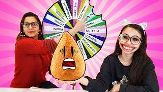DESAFIO TENTE NÃO COMER COM ROLETA MISTERIOSA DE COMIDA (MYSTERY WHEEL OF FOOD CHALLENGE) | Luluca thumbnail