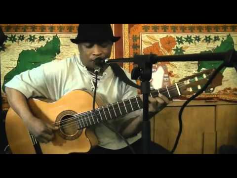 Le guitariste Charles KELY avec Asasoa chez Comptoir de Madagascar