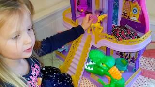 Эльвира играет с малышом. Живая кукла. Игры для самых маленьких Дом для кукол