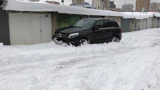 Mercedes-benz GLE400 SUV playing with snow