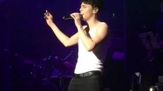 Никита Алексеев курит на концерте