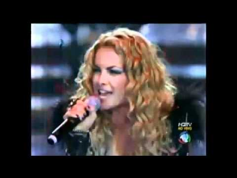 Rebeldes cantando no palco da grande final do ídolos 2011