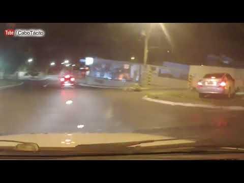 Assaltantes fogem da PM de moto batem em carro e morrem em Contagem