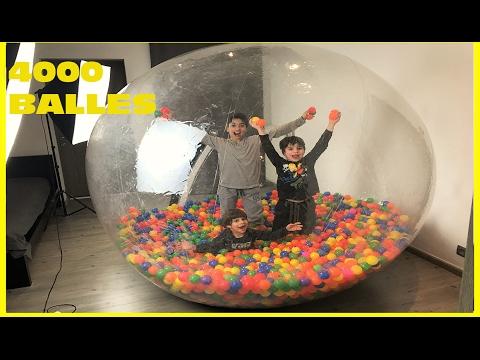A L'INTÉRIEUR D'UNE GEANTE BALLE EN BULLE AVEC 4000 BALLES EN PLASTIQUE - CRAZY PLASTIC BALL